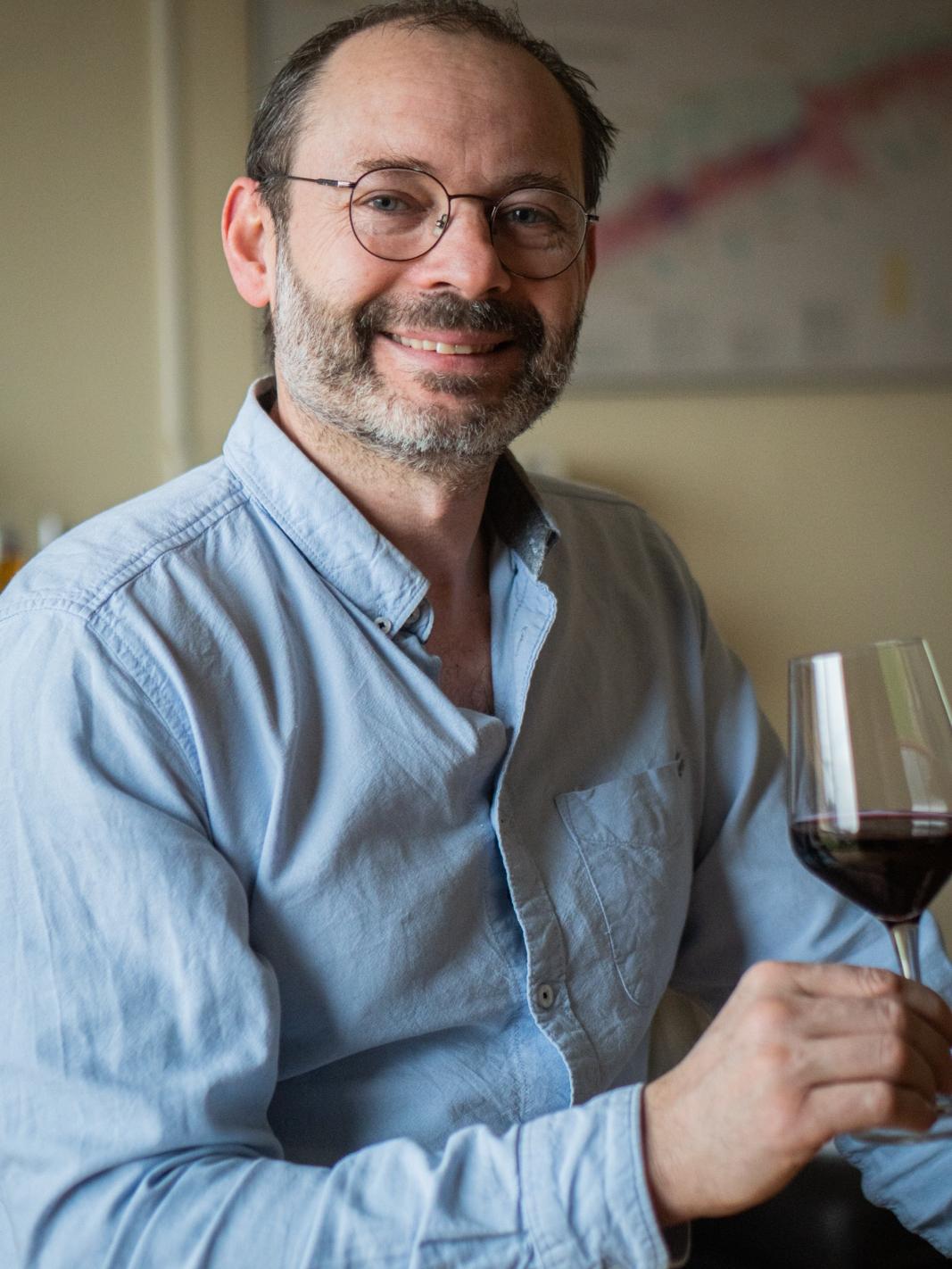 David Aguilar caviste avec verre de vin